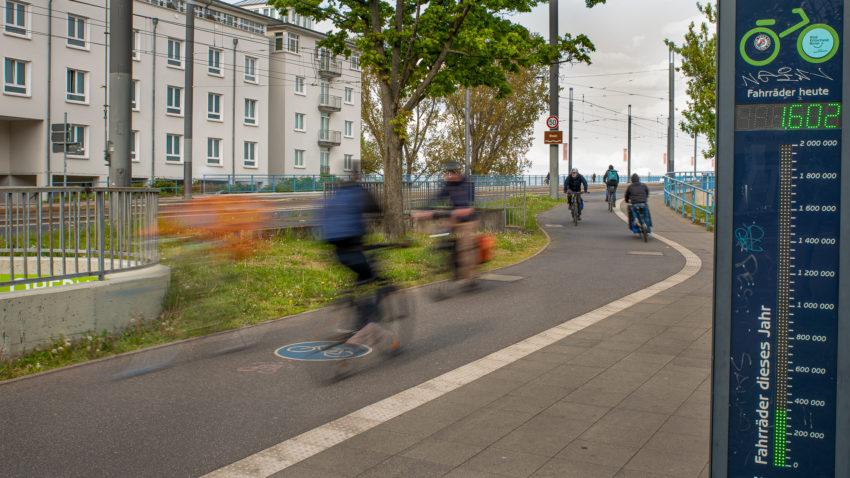 Radfahrer auf der Rampe zur Kennedybrücke